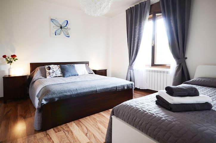 Camera matrimoniale  + un letto singolo