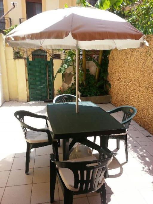 terrazzo arredato con tavolo e sedie