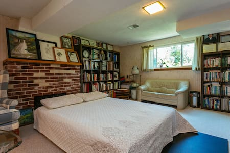 Cozy Basement in Close Suburb - Glenview