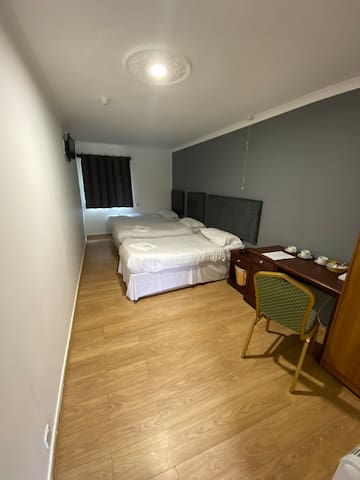 Family room en-suite with free parking in Camb