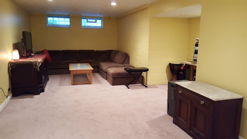 Comfy, Huge Finished Basement Room - South Euclid - Bungalov