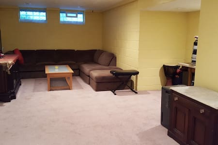 Comfy, Huge Finished Basement Room - South Euclid
