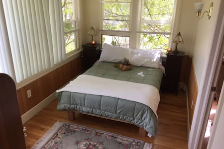 Cozy Cape house in country w/2 acre pond- Room 1 - Ithaca - Ház