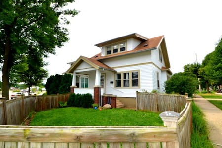 MadTown Cozy Craftsman, Loungepad + Launchpad - Madison - Ev