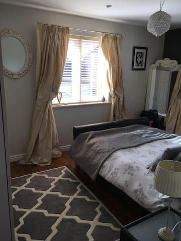 Double room in lovely modern house - Warwick