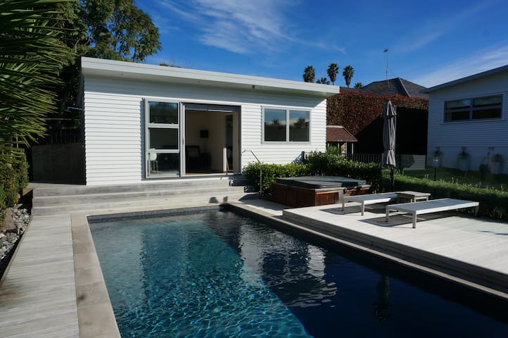 Pool Retreat 10 min walk from St. Heliers Beach. - Auckland - Houten huisje