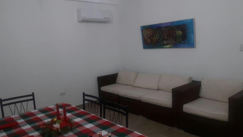 Sala con tv, WiFi, tv cable,aire acondicionado, vista a la piscina