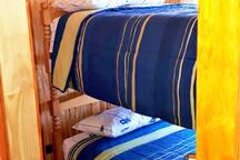 Pieza Nº1 con una litera de dos camas,  clósets y velador.