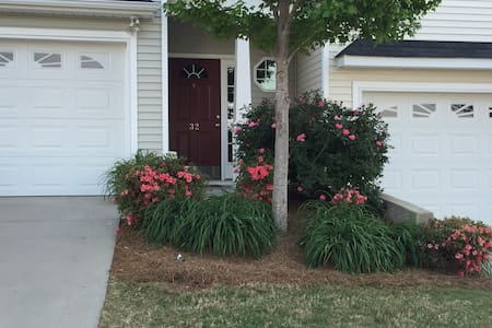 Queen Bed & Bath - Clean, Cozy, Quiet and Private - Simpsonville - Townhouse