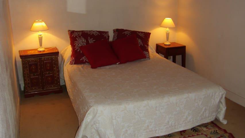Première chambre avec 1 lit double
