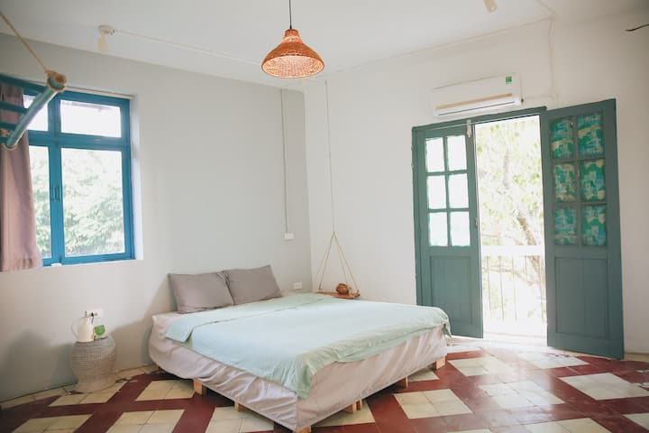 Rustic room with a balcony | 5 mins to old quater
