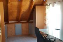 Schlafzimmer mit Einbaumöbel und Schreibtisch