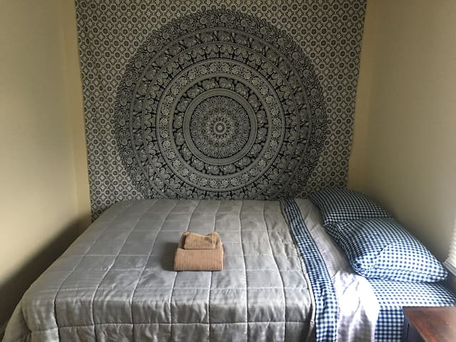 Traveler's Hostel - Cville Midtown (Private Room)