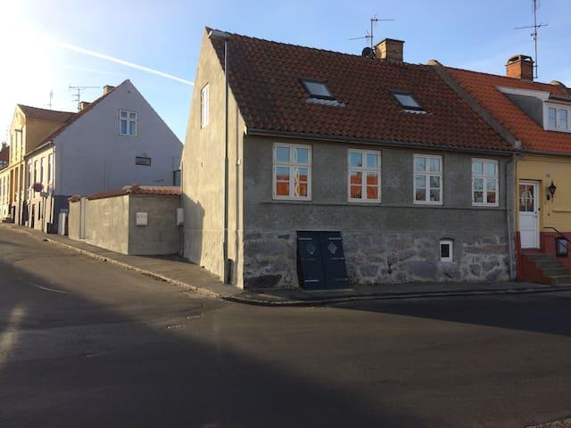 Havudsigt i Allinge, dobbeltseng, midt i byen - Allinge - Talo