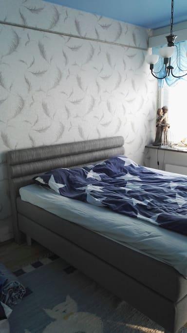 makuuhuoneen sänky. 180cm.
