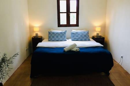 Bright Riverside Bedroom- Breakfast included!