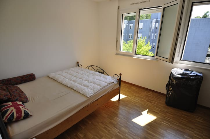 Simple nice room in Lausanne - Le Mont-sur-Lausanne - アパート