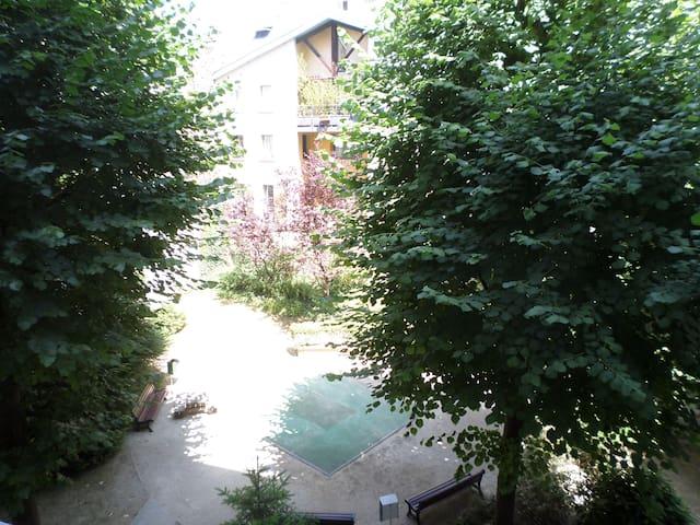 Vue depuis votre chambre sur le jardin privatif de la résidence