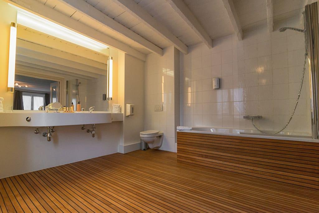 Bathroom with wooden beems and wooden floor