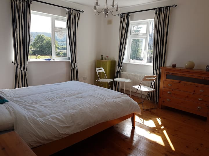 Bright Spacious room with Kingsize Bed & Ensuite