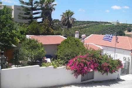 Maisonnette cretoise avec jardin