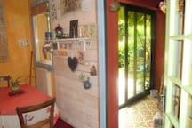 La cuisine ouverte sur jardinet