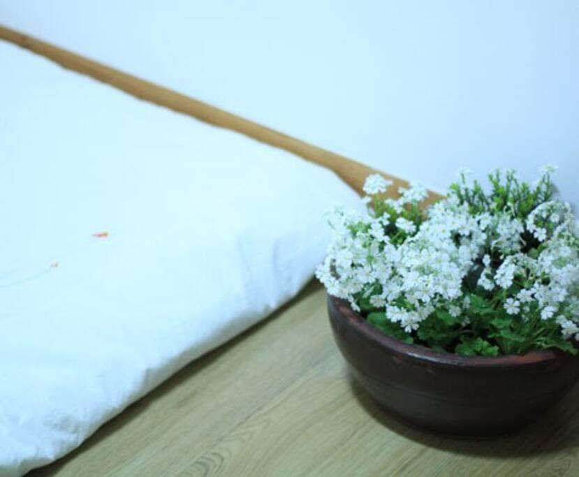 아롱방을 화사하게 장식해줄 생화와 유기농 코튼으로 만들어진 침구 입니다:)