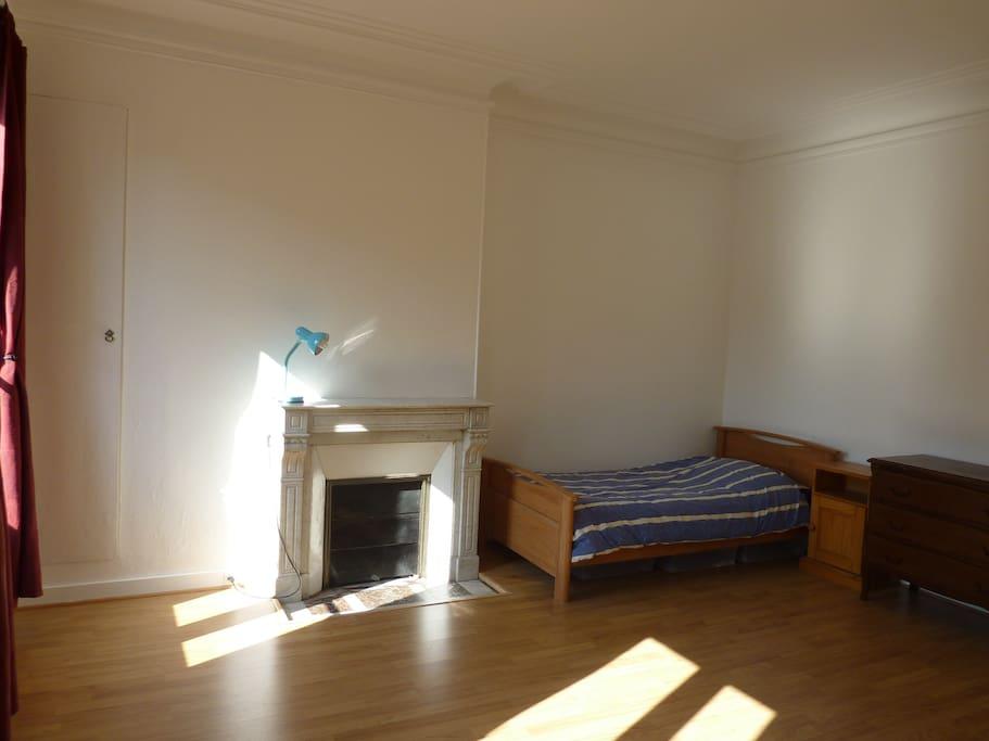 Chambre de 18 m2 au quartier latin appartements louer for Louer chambre sans fenetre