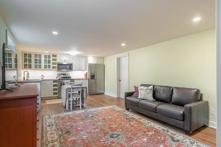 Cozy, bright basement apartment with separate entrance and utilities. Close to city, stores and restaurant's with a lovely setting for walks.
