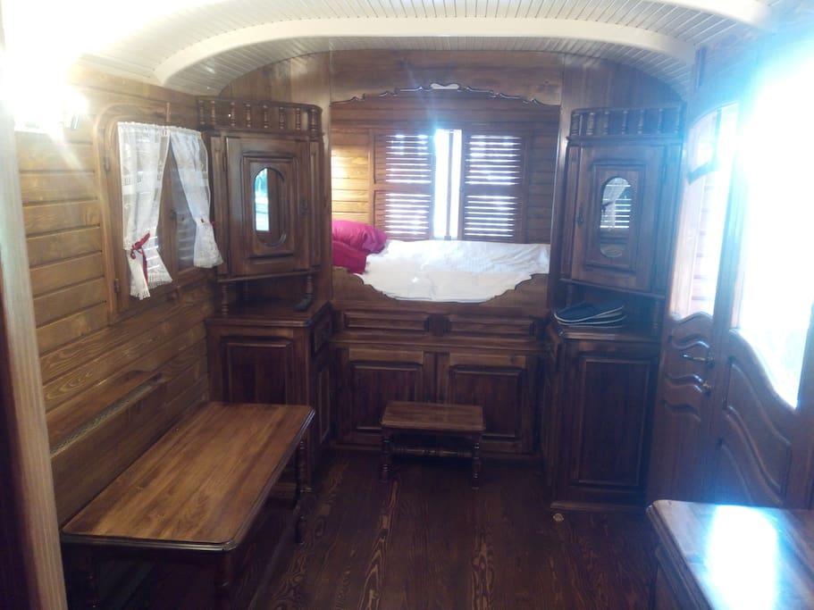 Grand lit typique des vrais roulottes