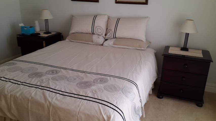 Main bedroom (en suite)