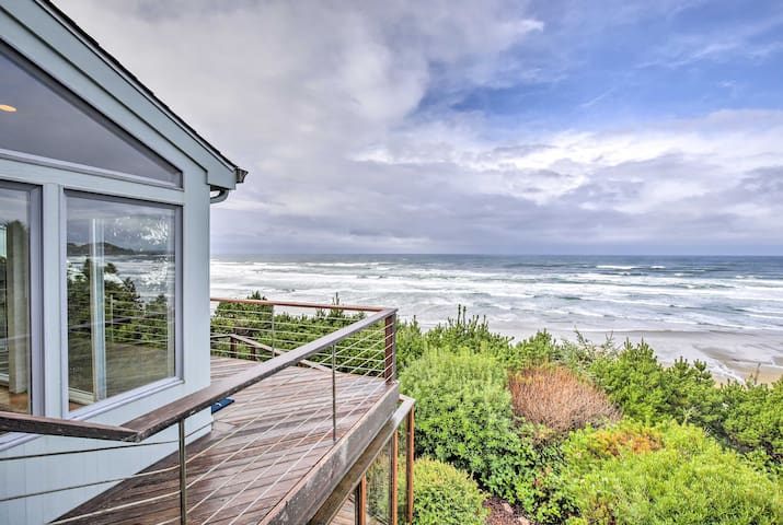 NEW! Cliffside 4BR Newport Home w/Hot Tub & Pool!