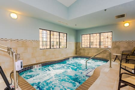 King Bed! Free Breakfast. Indoor Pool & Hot Tub. 15 Min Walk to University of North Dakota.