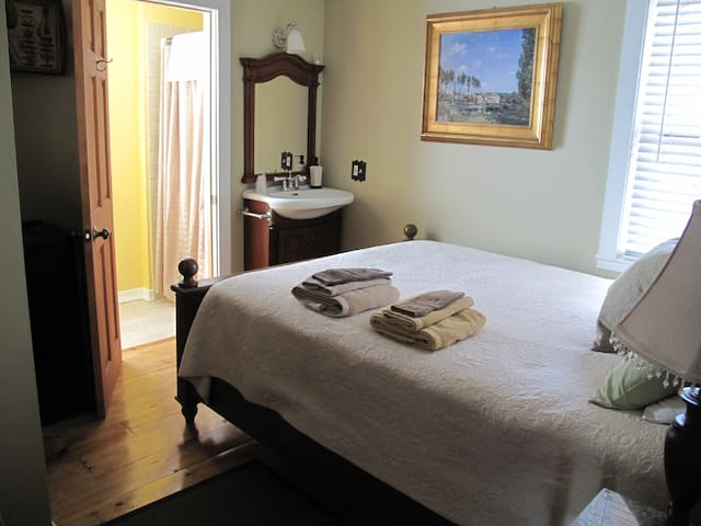 Room 3 - SMALL room with Queen bed & PRIVATE bath