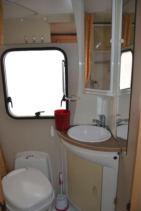 camping car immobile tout quip camping cars caravanes. Black Bedroom Furniture Sets. Home Design Ideas