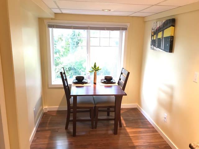 The Spacious Evergreen Suite - Convenient Location
