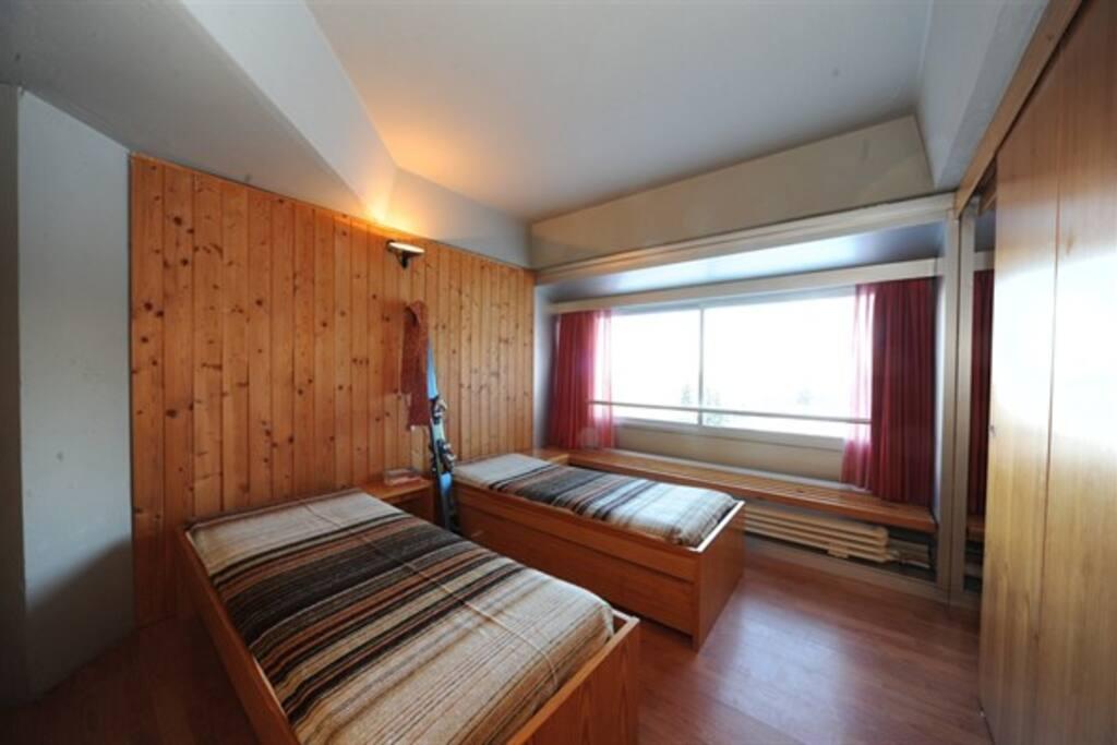 secondo vano con armadio e due letti