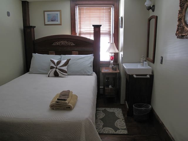 Room 6 - SMALL room with Queen bed & SHARED bath