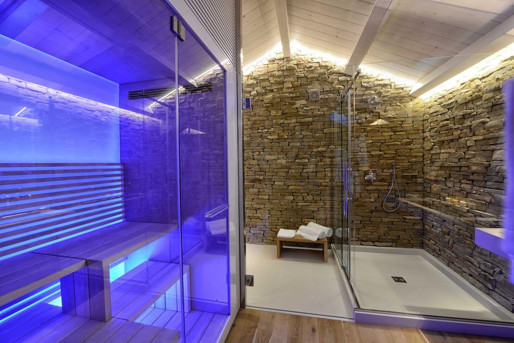 Suite deluxe bathroom and sauna