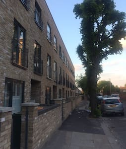 Light double bedroom near the city - Londres - Casa