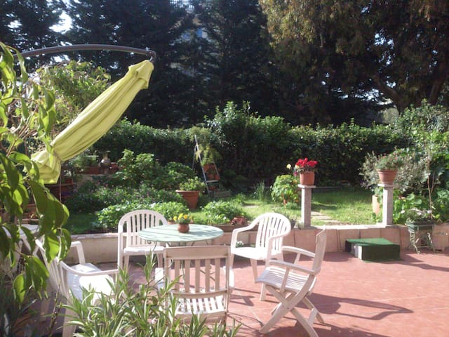 Chambre ensoleillée avec jardin