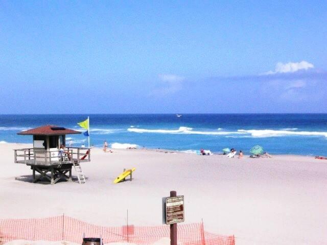 Beachside Bungalow....walk to sea! - Juno Beach