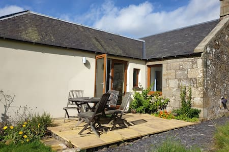 Cosy cottage with garden beside Burleigh Castle
