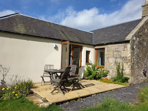 Dog friendly cottage beside Burleigh Castle