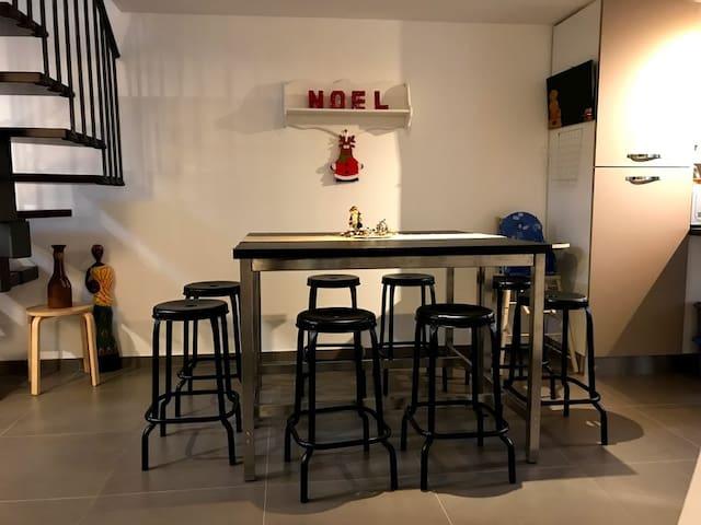 Espace cuisine - Grande table pour 8 personnes avec chaise haute pour enfant