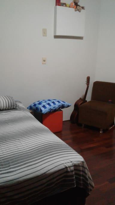 Quarto individual, cama solteiro, com espaço para um colchão