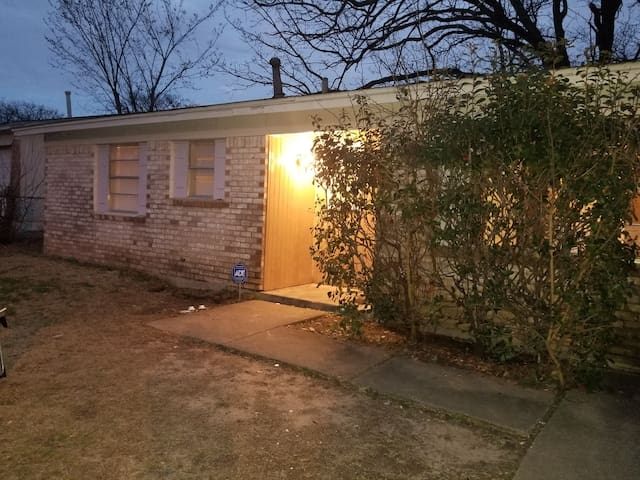 RECENTLY UPDATED BASIC LITTLE 3BR IN MESQUITE, TX