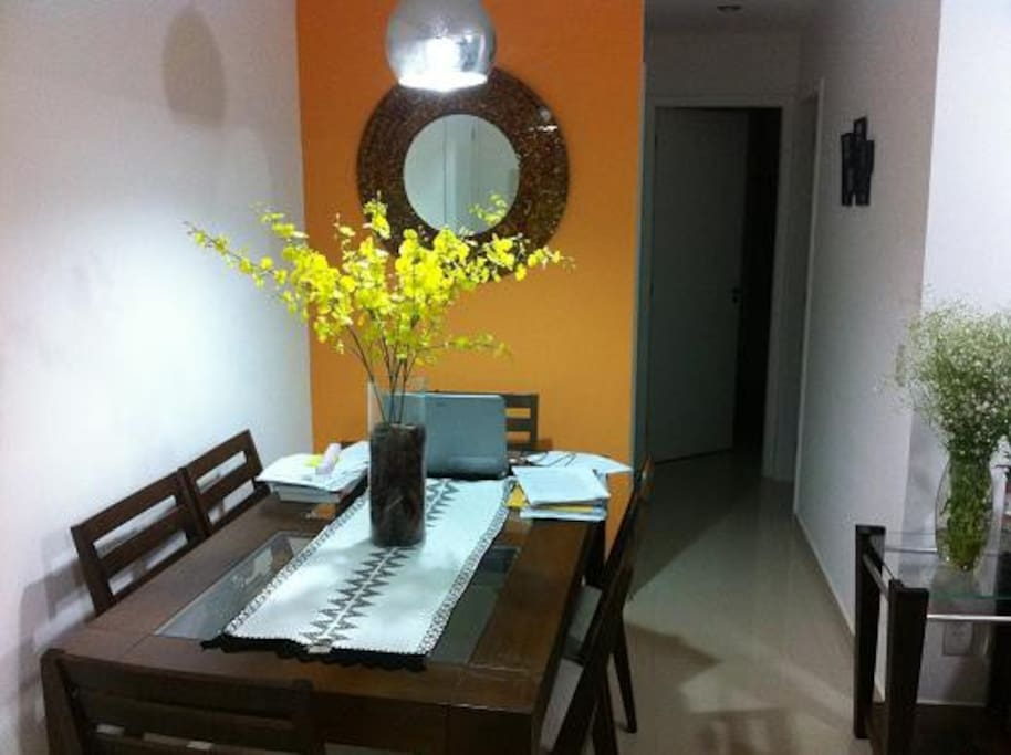 Espaço sala para jantar ou estudo.