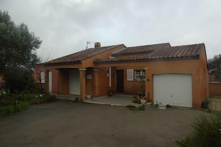 Une chambre dans villa , tout confort avec piscine - Salles-d'Aude - Casa