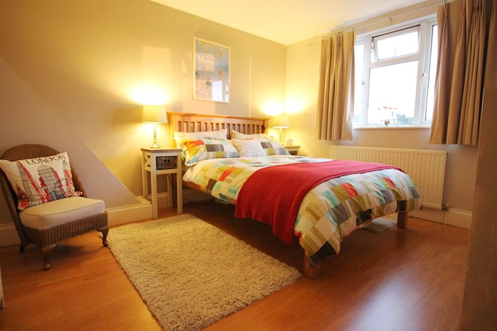 Bedroom, Private Shower, Living Room/Study & Bfast - London - Hus
